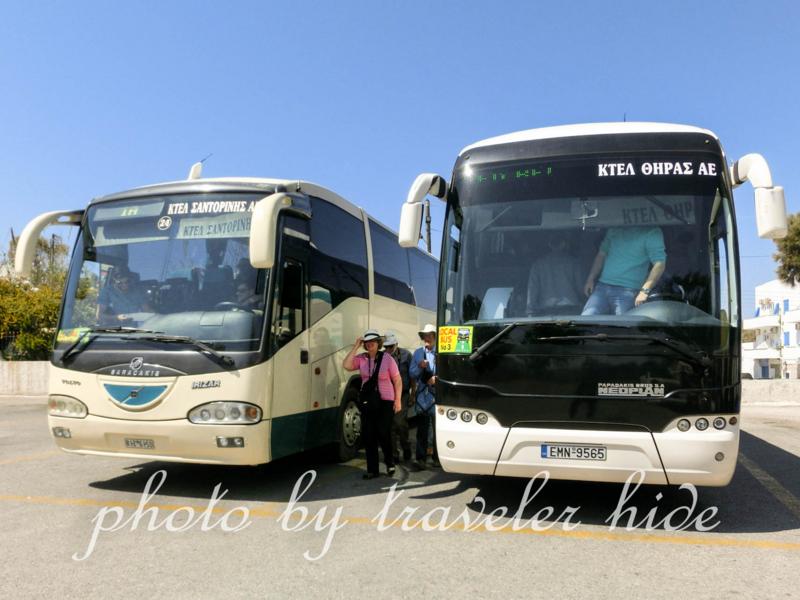 ギリシャのサントリーニ島フィラのバスステーションに停車しているバス