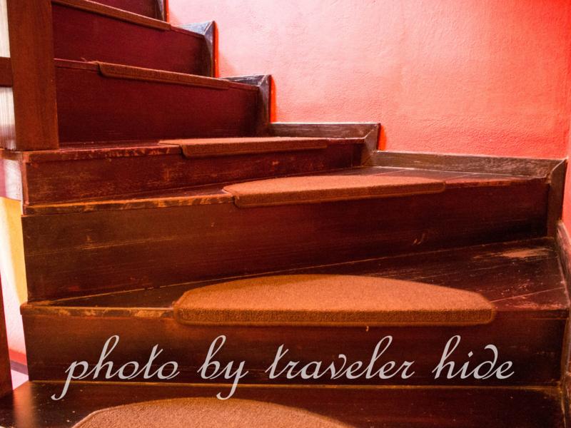 ミトスゲストハウス(Mythos Guesthouse)の段差が違う階段