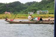 川で藻のようなものを収穫する人達