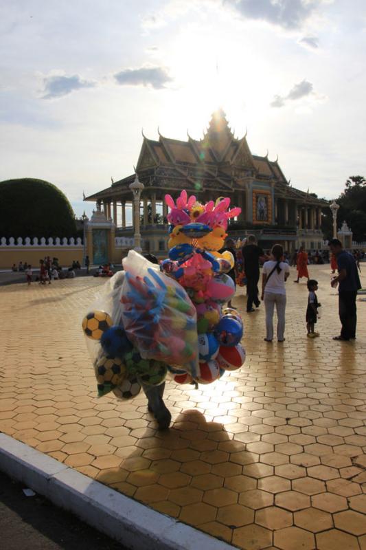 シルバーパゴダ(Silver Pagoda)・カンボジア王宮(The Royal Palace)の外にいた物売り
