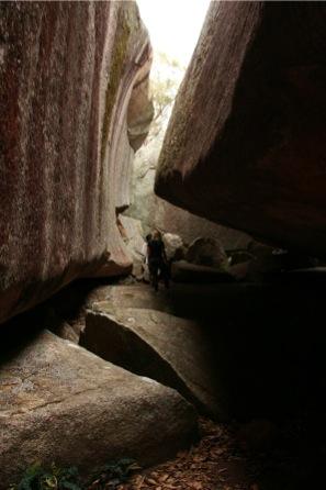 岩の間を歩くYukiとポリーナ