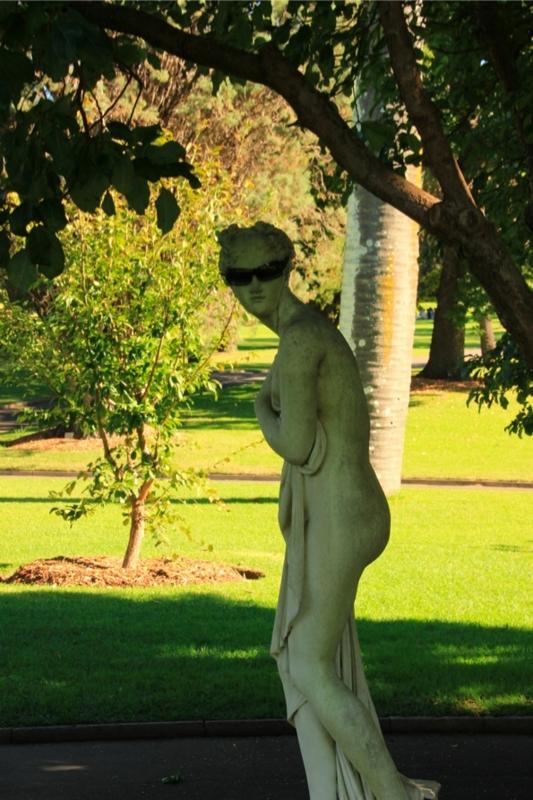 サングラスをかけた女性の石像(Royal Botanic Gardens, Sydney)