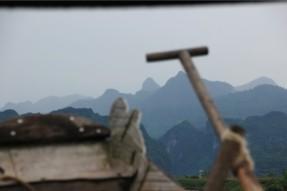 綺麗な山脈とボート