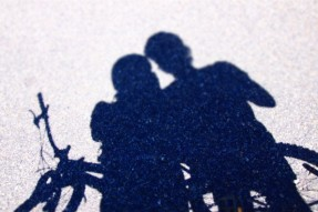 自転車と二人の影
