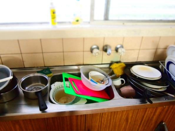 シンクに埋まる洗い物
