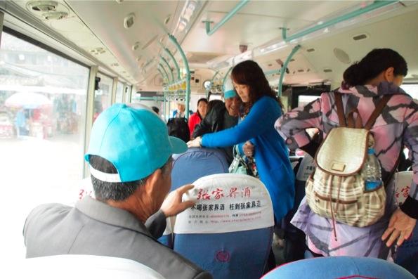 バスの中でともかく騒がしい中国人