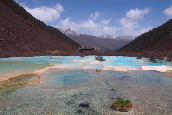 黄龍風景区の五彩池と黄龍寺