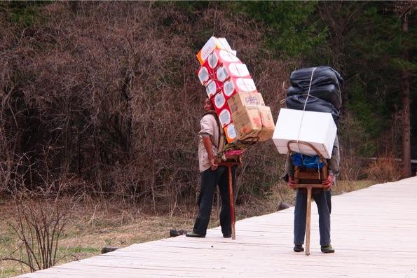 黄龍風景区で荷物を運ぶ現地の人