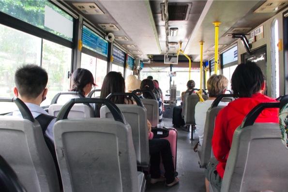 市内へ向かうバス