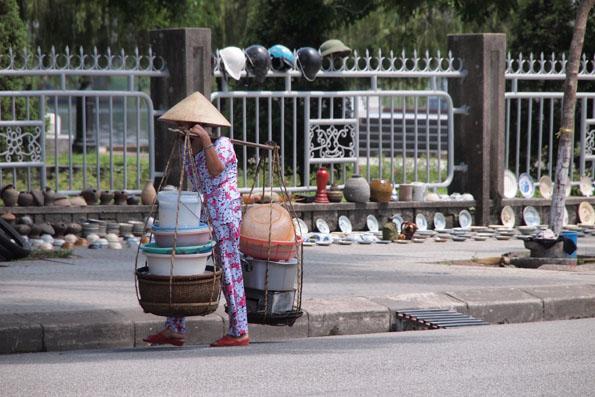 物を運ぶベトナム人女性