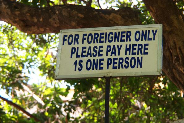 外国人にかかる入場料$1