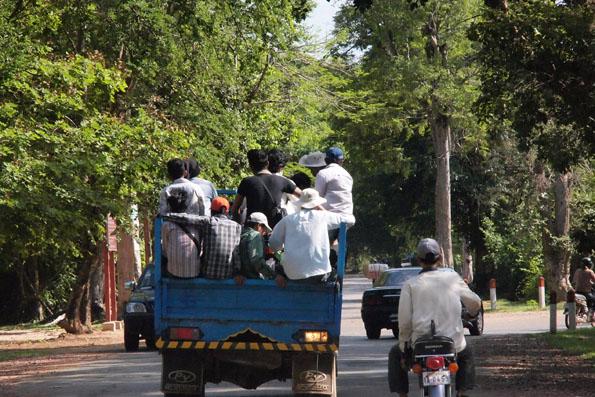 たくさんの人が荷台に乗るトラック