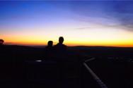 スタンソープの展望台で景色を眺めるTatsuとイェレ