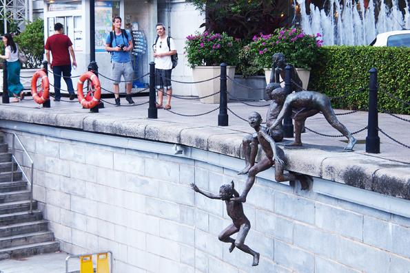 川に飛び込む子ども達の像
