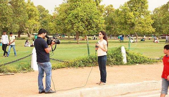 インド門の近くでテレビ番組の収録