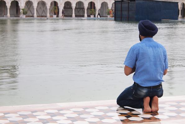 シク教寺院「グラッドワーラ・バングラサーヒブ」とターバンを巻くインド人