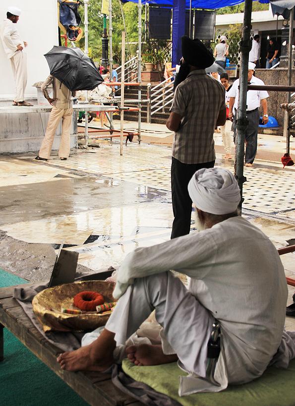 シク教寺院「グラッドワーラ・バングラサーヒブ」でターバンを巻くインド人