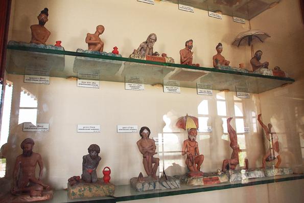 中央博物館(アルバートホール)のとヨガをするサドゥーサドゥーのフィギュア?