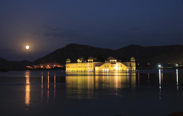 湖に浮かぶ「水の宮殿」