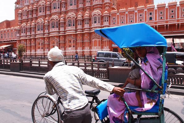 風の宮殿 (ハワー・マハル)前にいた人力リクシャーに乗るインド人美女