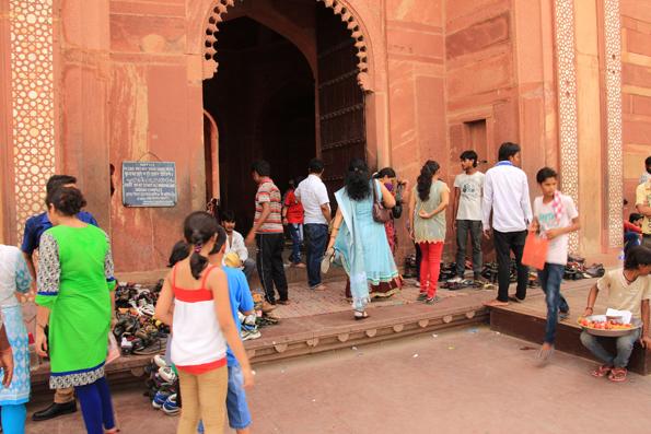 ファテープルシークリのモスク地区入り口で靴を預ける