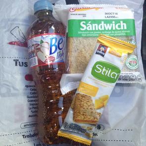メキシコプリメラプラスバスの飲み物とスナックとサンドイッチ
