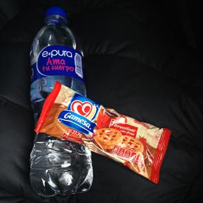 メキシコプリメラプラスバスの飲み物とスナック