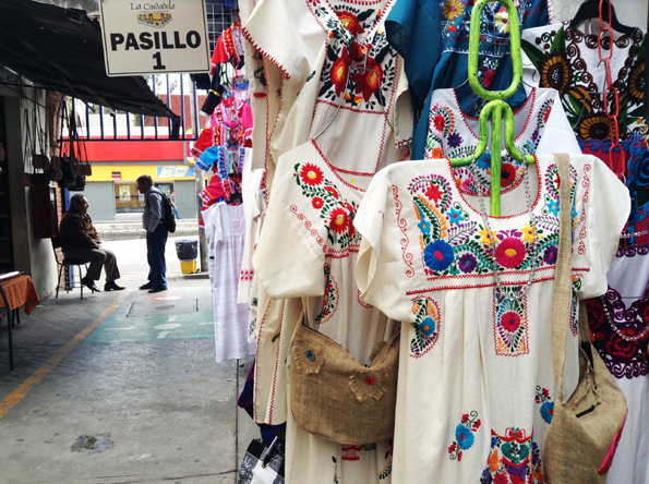 メキシコシティのお土産・刺繍の洋服