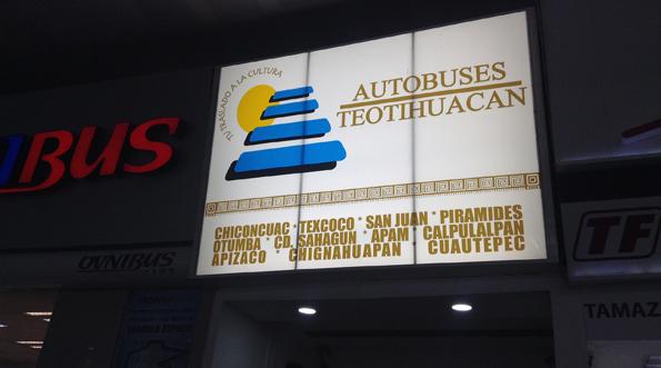 メキシコシティからテオティワカン行きのバス会社の看板