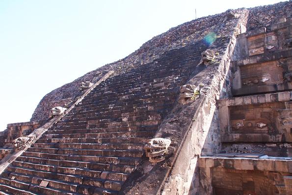 メキシコの世界遺産「テオティワカン遺跡」ケツァルコアトルの神殿