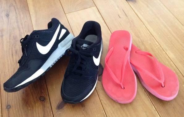 女子旅バックパッカーの靴