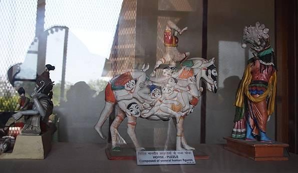 馬の形をした人間パズル