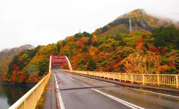 梓川に架かる前川渡大橋あたりの紅葉