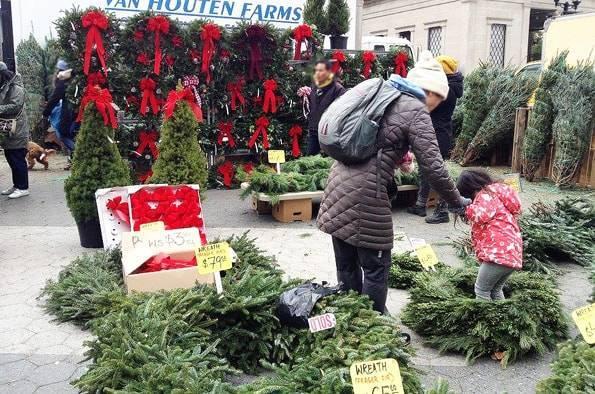 ユニオンスクエアのグリーンマーケットで売られていたクリスマスツリーとリース