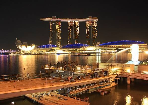 夜のマーライオンとマリーナベイサンズ・シンガポール