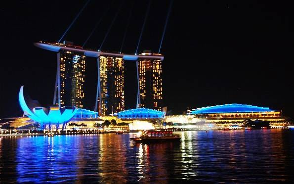 夜のマリーナベイサンズ・シンガポール