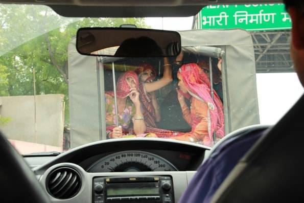 多くの女性の乗るトラック