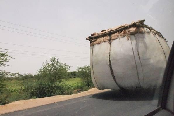 インドの巨大すぎる荷物を運ぶ車