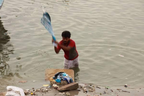 ガンジス川で洗濯をするひと