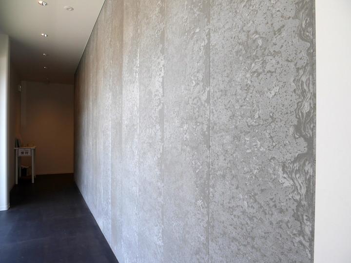1階通路の壁にはコーヒー豆を混ぜ込んだ壁材が使われています