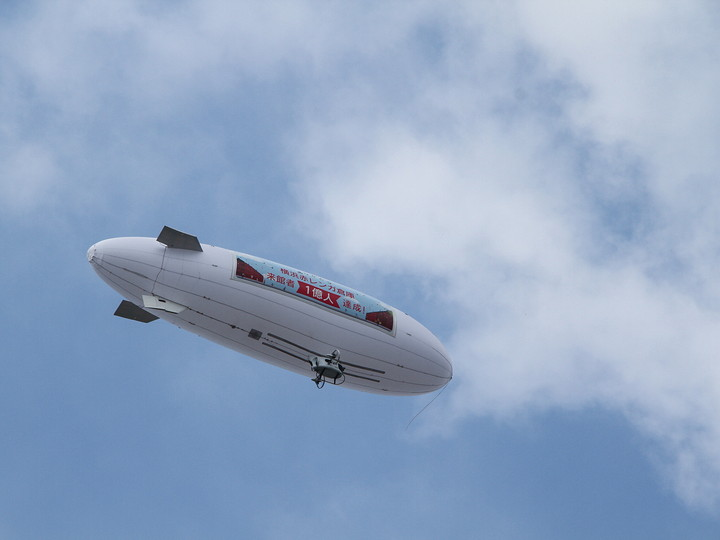 横浜赤レンガ倉庫 累計来館者数1億人達成記念の飛行船