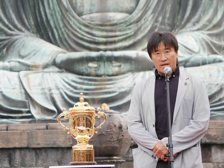 トロフィーツアーで展示されたラグビーW杯日本大会の優勝トロフィー「ウェブ・エリス・カップ」