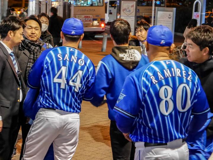 桜木町駅前で号外の配布を終えたふたり(2020年1月25日撮影)