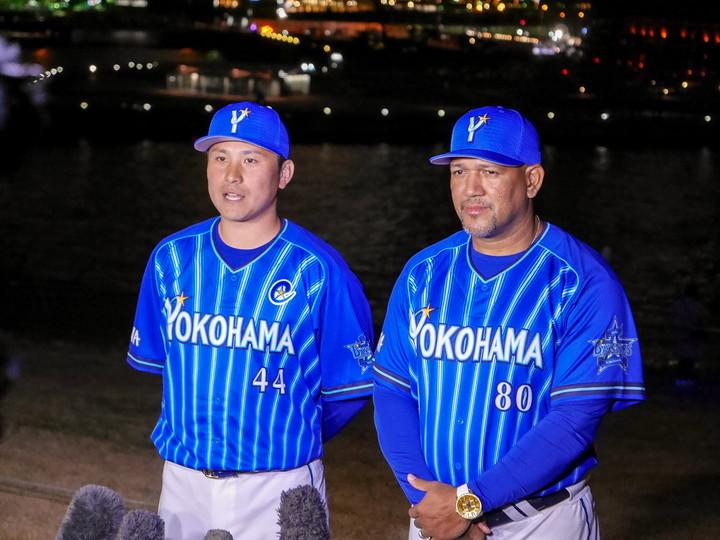 記者からの質問に答える佐野新キャプテン(左)(2020年1月25日撮影)