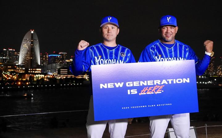 横浜港大さん橋にて横浜の夜景をバックに発表した、ラミレス監督(右)と新キャプテン佐野恵太選手(左)(2020年1月25日撮影)