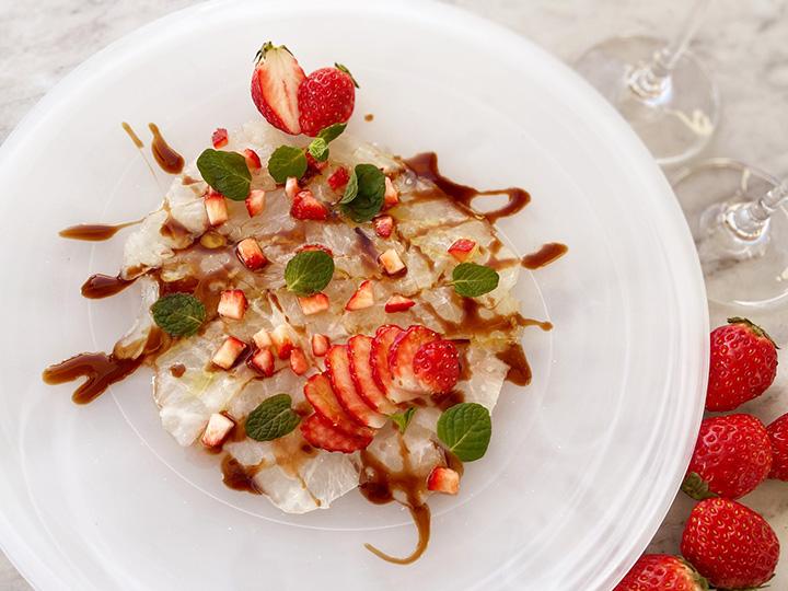 鮮魚マリネのカルパッチョ イチゴとミントのヴィネグレットソース