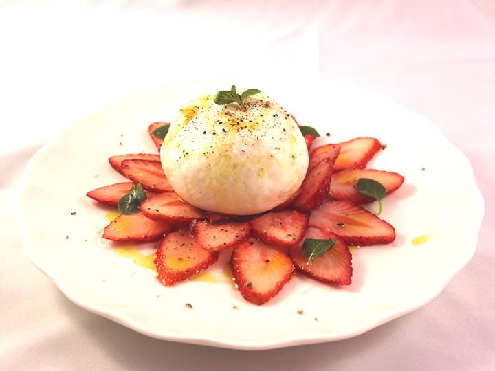 イチゴとブラータチーズのデザートサラダ