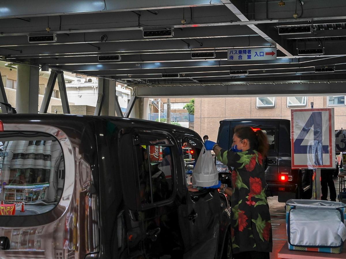 横浜中華街ドライブスルーサービスの様子