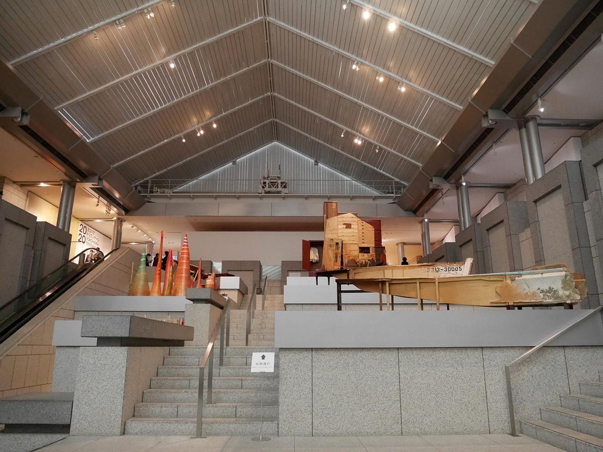 ヨコハマトリエンナーレ2020展示風景より 青野文昭《沖縄で収集した廃船の復元》2020 ほか