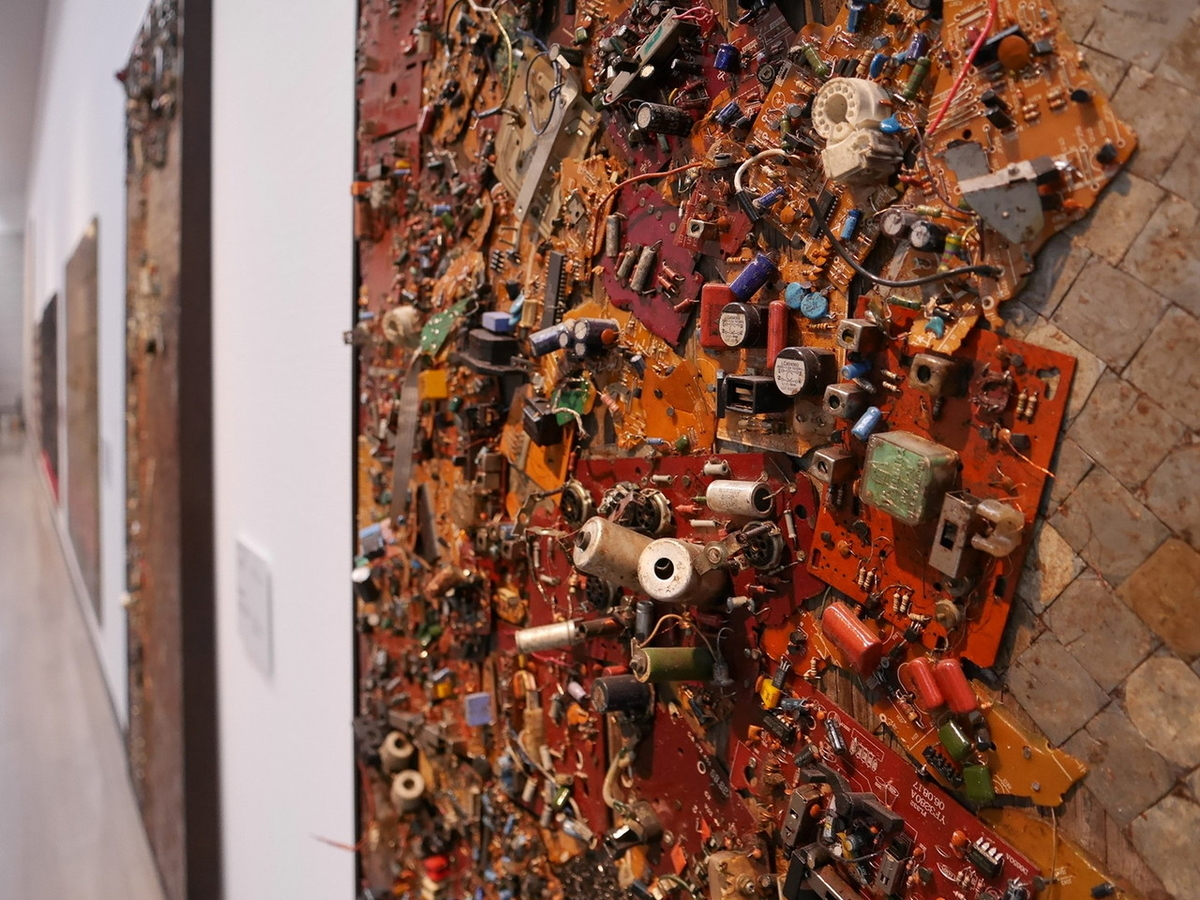 ヨコハマトリエンナーレ2020展示風景より エリアス・シメ《アリ、陶芸家、来たるべき7》2009-2010 部分